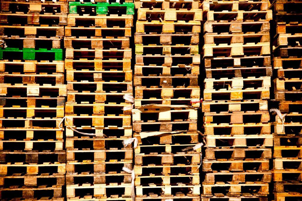recyclage des palettes de bois conomie solidaire. Black Bedroom Furniture Sets. Home Design Ideas