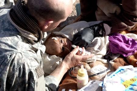 Un enfant afghan sous-alimenté